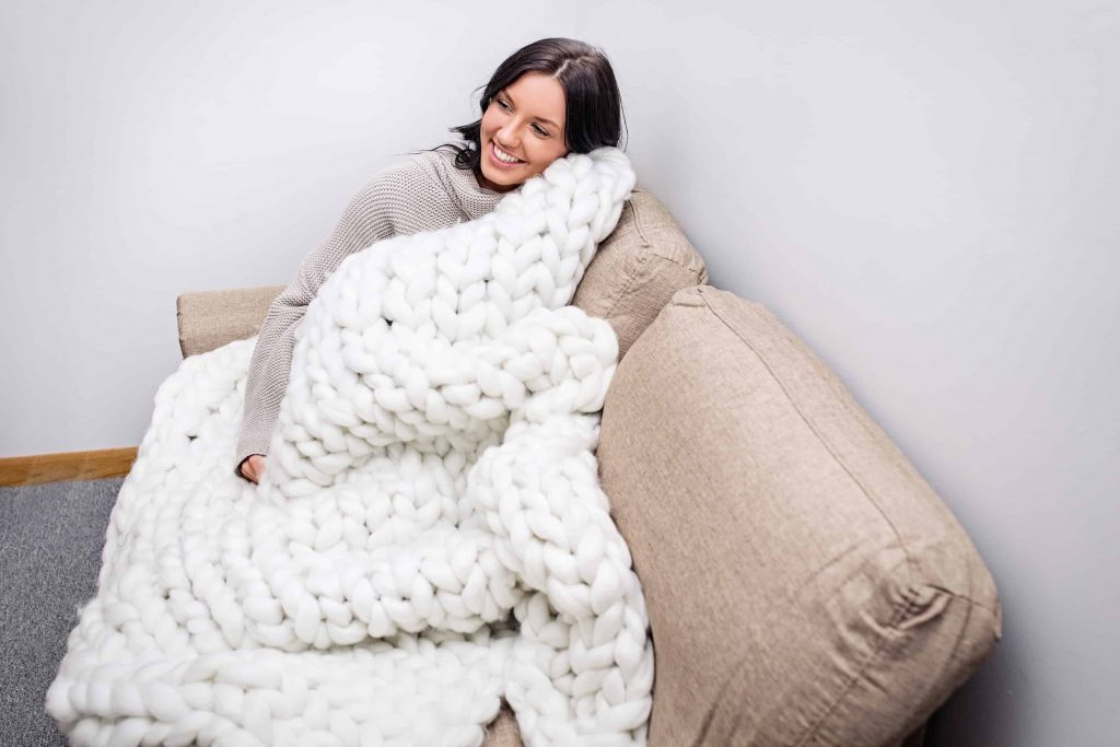This chunky knit jumbo chenille throw blanket from Becozi is to die for! Chunky Throw blankets are the latest thing in home decor, absolutely gorgeous! #chunky #chunkyblanket #chunkythrow #chunkyknit #chunkyknitblanket #chunkywool #hygge