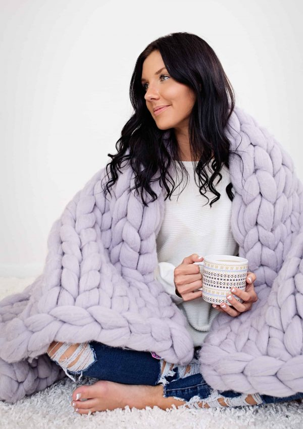 This chunky knit jumbo chenille throw blanket from Becozi is to die for! Chunky Throw blankets are the latest thing in home decor, absolutely gorgeous!